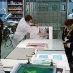 Visita de los alumnos y alumnas de autoedición al taller de serigrafía
