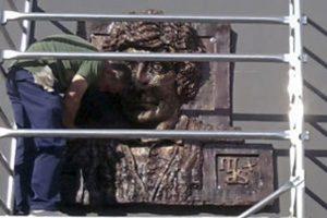 Iosu Andueza, exalumno de la escuela, realiza un busto en relieve para el IES María Ana Sanz