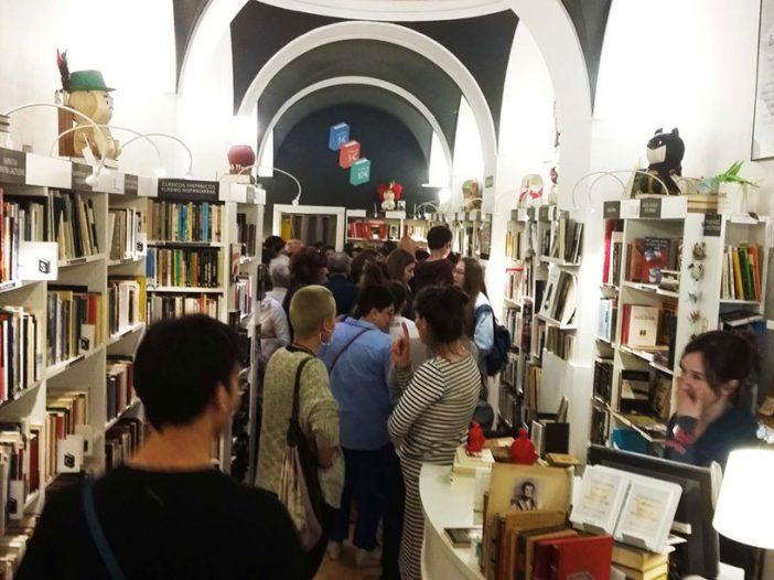 """Exposición """"enjambRE READ ERlekumea"""" del taller de madera en la librería Re-read Iruña"""